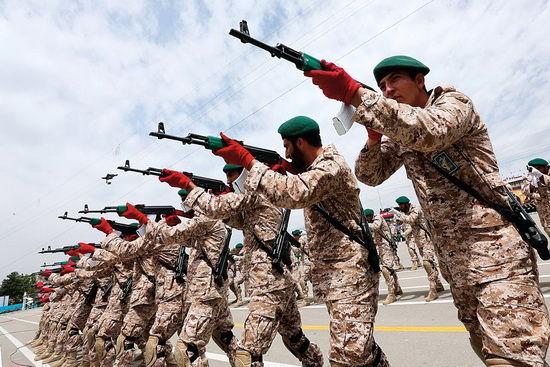伊朗伊斯兰革命卫队士兵训练照。(资料图)