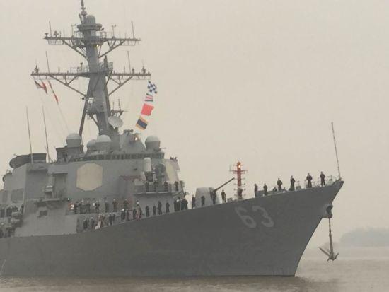 美军驱逐舰上水手站坡敬礼