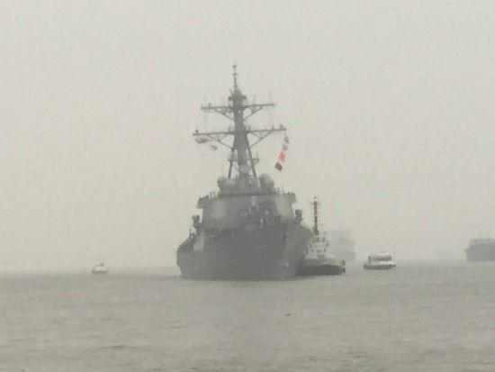 美军驱逐舰在拖船协助下进港