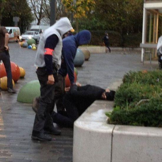 11月14日报道,比利时警方11月14日对首都布鲁塞尔的莫伦贝克区展开突袭行动,逮捕多名与巴黎恐袭案有关的嫌犯。比利时司法部长称,多名与法国恐怖袭击事件有关联的嫌犯被逮捕。图为一名嫌犯被逮捕。