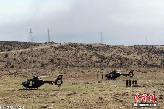 """材料图:库尔德自治区装备在以美国主导的""""世界联盟""""地面声援下,打破了""""伊斯兰国""""装备份子设在辛贾尔外围的防地。"""