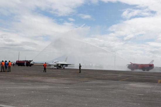FT-50战机经过机场设置的水门,显示其正式移交