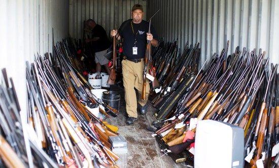 美国一男子偷枪成癖,房内藏长短枪近5000支。