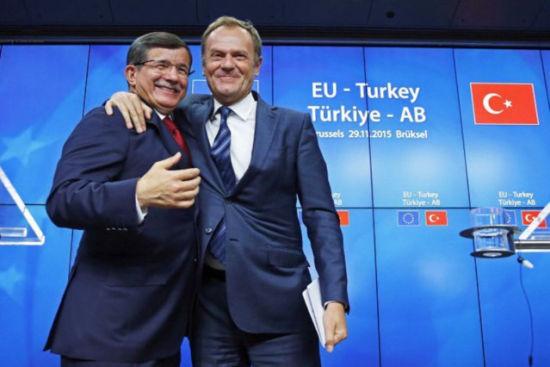 11月29日,欧盟-土耳其峰会在布鲁塞尔举办。土耳其总理达武特奥卢(左)与欧洲理事会主席图斯克列席新闻公布会。