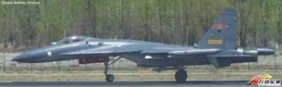 2014年早些时分,成都军区空军的歼-11A MLU型,留意它的座舱盖前方响应方位有一个凸起物,尾翼外侧也添加了相似的凸起物。外媒称,这多是紫外波段导弹濒临报警安装的探头