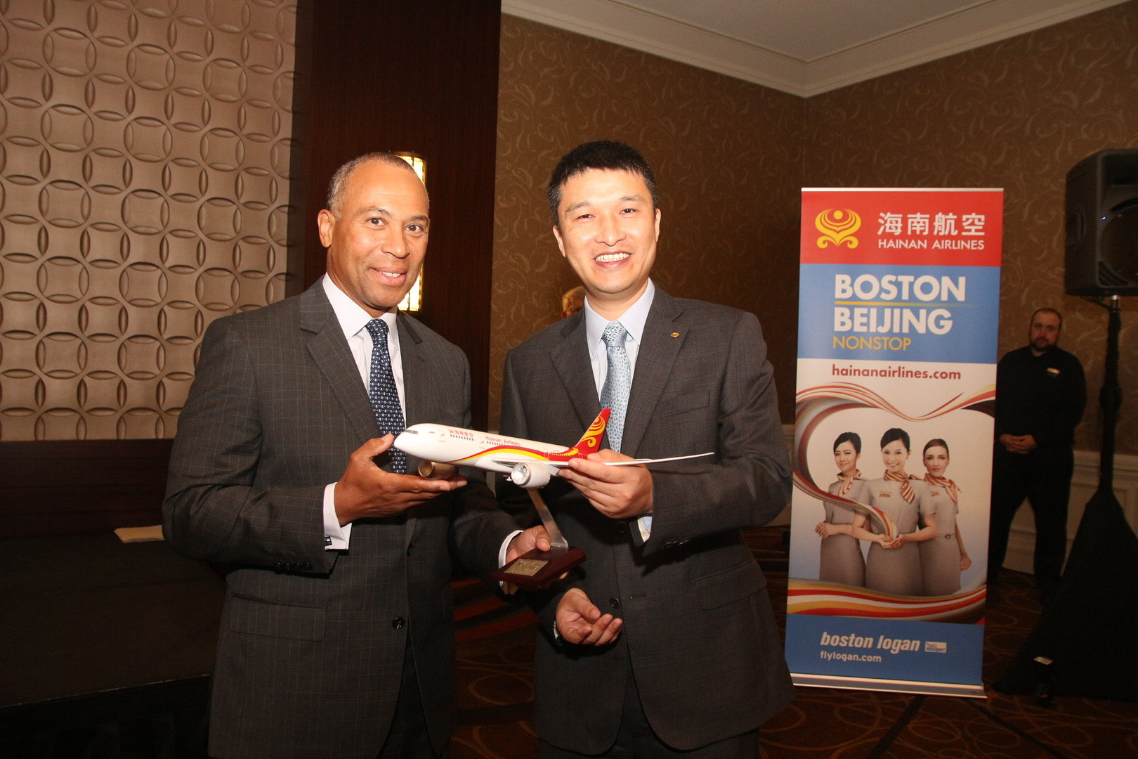 海南航空总裁谢皓明向美国马萨诸塞州州长Deval Patric赠送海南航空B787飞机模型