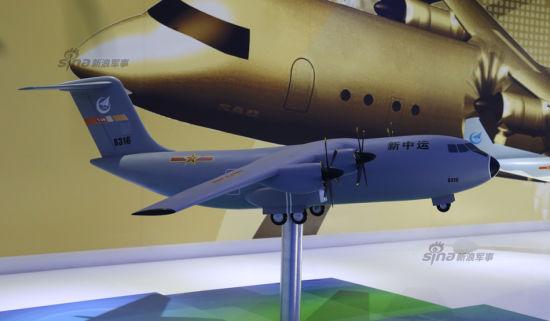 """11月9日,距离中国航展正式开幕仅余两天,近几日航展现场不仅有运-20这一绝对重量级""""涉密飞机""""亮相并飞行,还有我军新型中型运输机运-9地面展示,在展馆内,更是首次曝光了标有""""运30""""(Y30)和""""新中运""""字样的4发涡桨中型运输机的模型。  在运-9已经定型成熟,开始批量装备部队的同时,为什么还会有""""新中运""""方案的出现?其实,我国大型军用运输机研制成功后,下一步需要考虑的就是我国中型运输机的更新换代问题,毕竟它是我国空军运输机部队的装备主体和出口主力机型,研制先进的中型运输机同样意义重大。"""