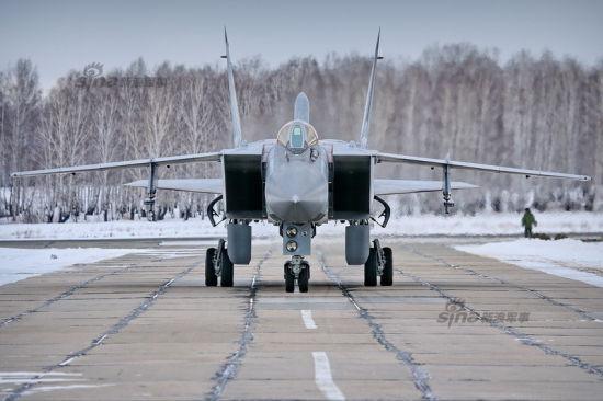 俄空军第764战斗机部队驻扎在远东的切巴尔库尔,该地区属于西伯利亚中部的车里雅宾斯克。这个地区也是上合军演举办地。第764部队主要装备了米格-31型截击机。虽然,该地区仍然是寒冷的冬季,但部队的训练一直没停止。