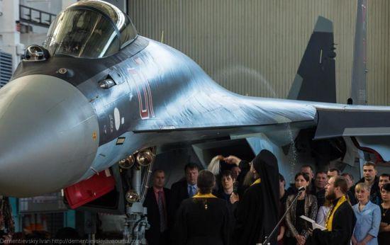 2014年2月12日俄�_斯��防部�L�B伊古、空��司令邦�_列夫、�K霍伊公司�裁波戈相在阿穆��河畔共青城�w�C�S�⒓酉蚨砜哲�交付12架量�a型�K-35S����C的正式�x式。