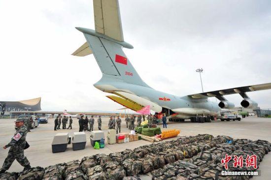 中国空军新闻发言人申进科上校4月27日上午发布消息说,经中央军委批准,中国空军派出4架伊尔-76飞机,投入尼泊尔抗震救灾。执行这次任务的空军运输航空兵某师,具有遂行海外军事行动的经验。按照空军指示命令,27日8时前,2架伊尔-76飞机调机至成都双流机场,1架伊尔-76飞机调机至昆明长水机场,空运中国军队救灾人员和救援装备。