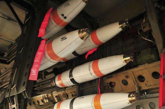 美国《星条旗报》2007年1月21日报道 美空军上周在关岛举行了为期5天的演习。在演习期间,第23远征轰炸机中队的B-52轰炸机在1000英尺(305米)高度向马里亚纳海沟投放了100枚MK-62水雷。B-52轰炸机首先从关岛安德森空军基地起飞,经过空中加油后开始在目标区域观察有没有未经授权进入的舰船出现,然后再投放水雷。   演习期间,第506远征空中加油中队也进行了空中加油演练。此次演习结束后,第23远征轰炸机中队即将结束在关岛为期5个月的部署,部署期间该中队共出勤200多次,飞行时间约6000小时,投弹750余枚。