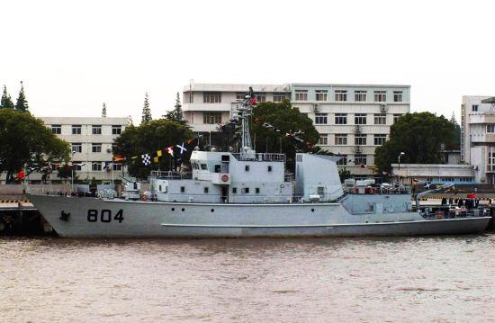 近日,一些照片曝光中国海军第十艘新型扫雷舰即将下水,据相关人士称,中国海军正加速海军现代化步伐,扫雷舰作为未来海军发展的高新武器装备被中国海军提到非常高的位置,目前,中国海军已经装备了至少两个级别6艘新一代扫猎雷舰,正在建造至少3艘;图为在上海建造的新扫雷舰。