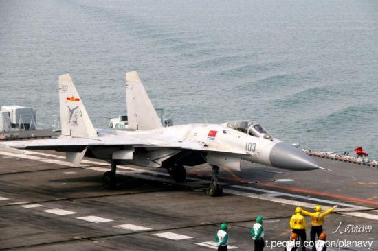 歼15飞鲨航母上降落