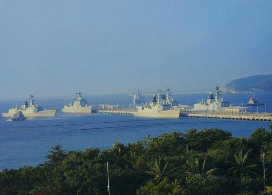 在某官方杂志插图上可以看到1艘052D导弹驱逐舰,1艘052C导弹驱逐舰,4艘054A导弹护卫舰同时在港的壮观一幕,这些军舰是中国当今最新锐的舰艇。