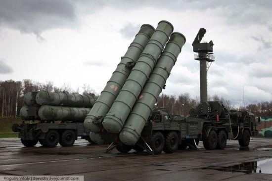 无论哪个国家首都圈的防空都是最重要的。都要装备最好的防空系统来保护守卫。近日,俄军方公开了一组驻扎在首都莫斯科郊外的S-400防空导弹阵地图。图片质量非常好,这是什么意思呢?这么机密的阵地就如此曝光了?是在炫耀武力吧?
