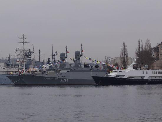 """2015年12月12日,俄最新两艘21631型(暴徒-M)导弹舰的第四艘""""泽列内・多尔""""号和第五艘""""谢尔普霍夫""""正式加入黑海舰队战斗序列。"""