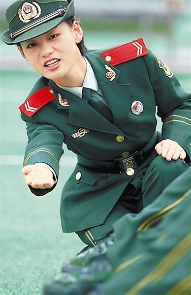 一带布鞋女兵图片