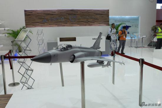 枭龙战机模型亮相新加坡航展。摄影:刘煊【资料图】
