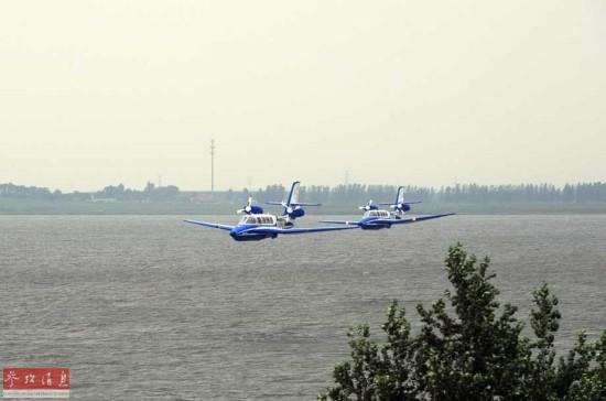 点击图片进入下一页   7月8日,两架BE-103水陆两栖飞机在湖面进行低空编队飞行。当日,由俄罗斯进口到我国的水陆两栖飞机BE-103在沈阳法库财湖机场试飞。BE-103水陆两栖飞机是国际上主流的水陆两栖飞机机型,由于该飞机可以在一定条件下从非柏油跑道起飞,或者在水深超过1.