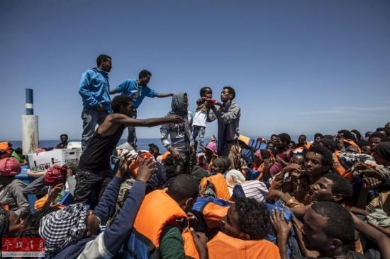 非洲人人体艺术图片_偷渡地中海:武装部落争抢移民 非洲人被迫坐破船