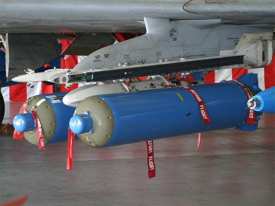 图文:F-2可挂载CBU-87B集束炸弹