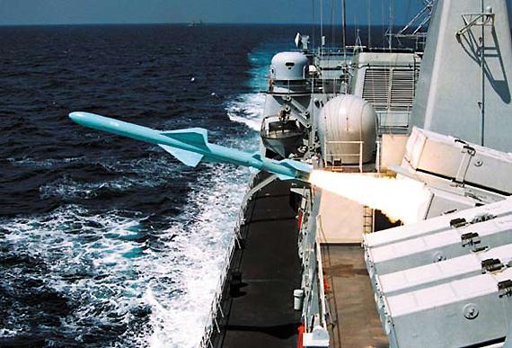 图文:深圳号导弹驱逐舰发射反舰导弹