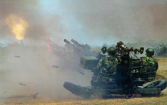 图文:国产87式双管25毫米高炮在演习中开火