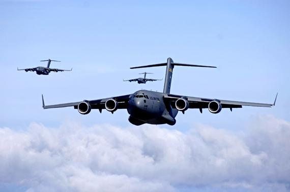 据美《空军时报》报道,驻扎在华盛顿州麦科德空军基地的第304远征空运中队的机组人员,从8月中旬开始驾驶着C-17运输机向南极的麦克默多考察站提供人员和物资补给。实际上,美军大型运输机向南极洲的科考队伍提供后勤支持早在1955年就已经开始,此后美空军的运输机都在每年七八月当地冬季的时候飞临南极上空。 [上一页] [1] [2] [3] [4] [5] [6]