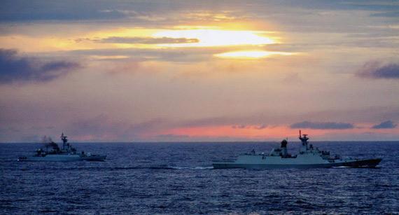 图文:海军新型054护卫舰与江卫II级护卫舰编队演习
