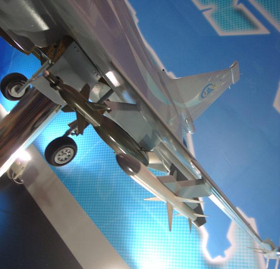 图文:出口型枭龙战机模型机挂载SD-10空空导弹