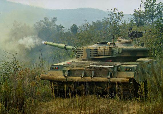 图文:解放军96式主战坦克演习中对敌目标开火