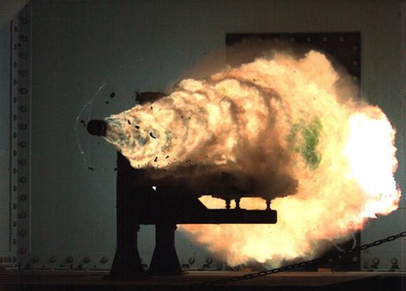 美海军电磁炮炮弹以5倍音速击中400公里外目标