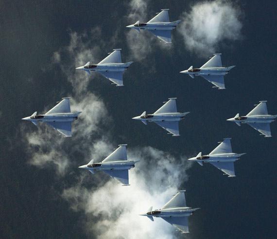 图文:英国空军台风9机空中钻石编队飞行表演