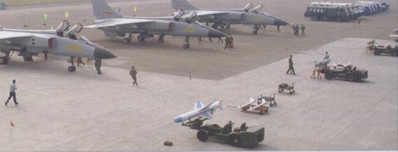 图文:中国飞豹战机准备挂载鹰击-83反舰导弹