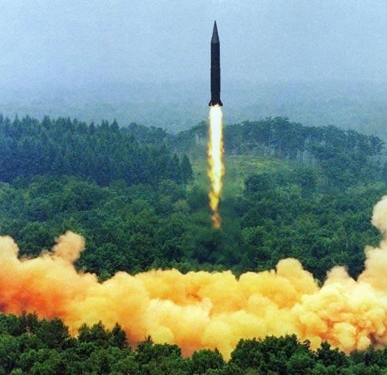 图文:解放军二炮部队东风4中程导弹发射升空