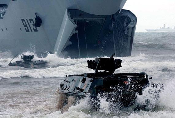 图文:解放军两栖机步师战车从登陆舰上发起进攻