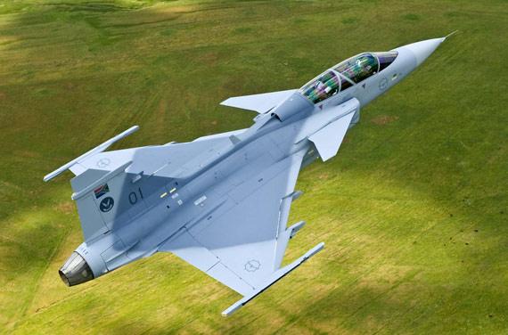 图文:南非空军编号SA01JAS-39战机演示飞行