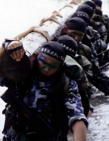 图文:中国海军陆战队正在进行权限体能训练