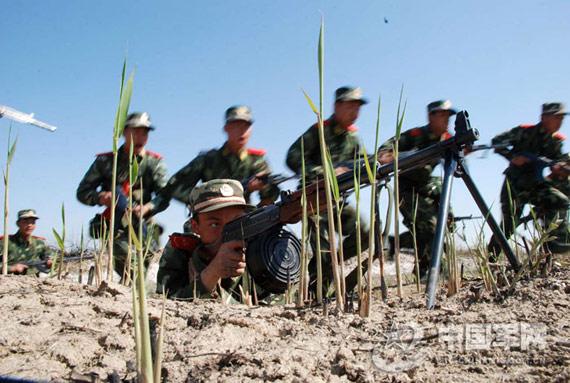 组图:新疆武警兵团举行野外实战反恐演练