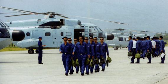 南海航空团直8直9反潜机群苦练海上超低空飞行