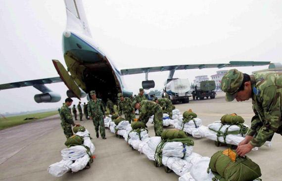 图文:中国空军伊尔76运输机装载救灾物资