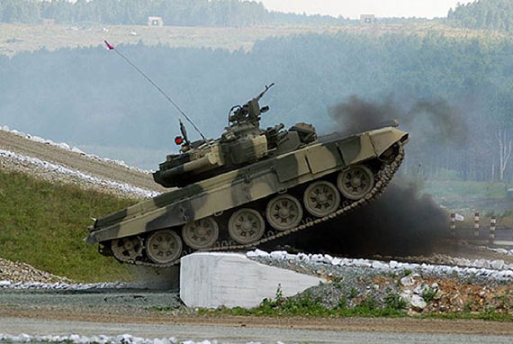 图文:T-90C主战坦克进行障碍通过性能演示