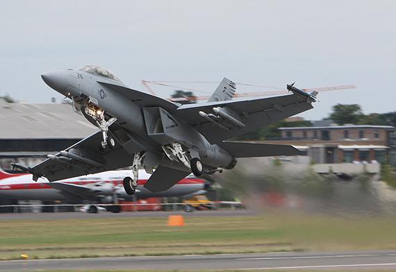 图文:F-18战机起飞
