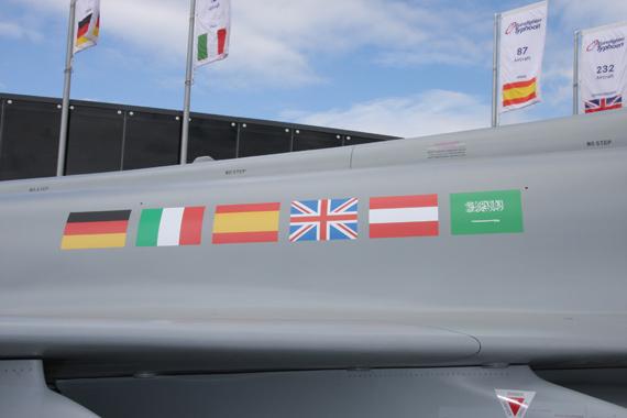 图文:台风战斗机六国旗帜