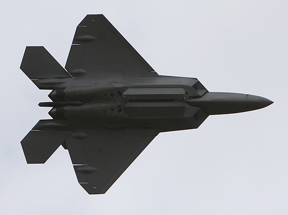 图文:F-22战机关闭弹舱