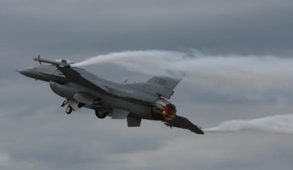 图文:F-16战机升空进行表演