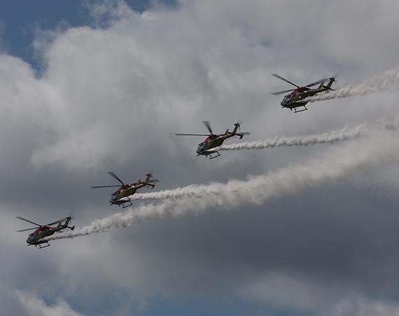 图文:印度直升机四机编队并驾齐驱