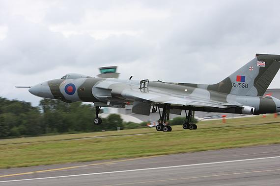 图文:英国火神轰炸机着陆