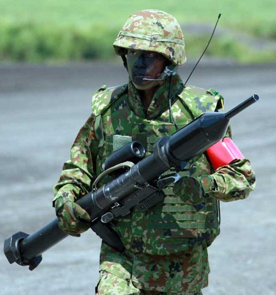 8月21日,一名日本自卫队士兵手持铁拳-3型火箭筒参加在静冈县举行的综合火力演习。新华社记者任正来摄