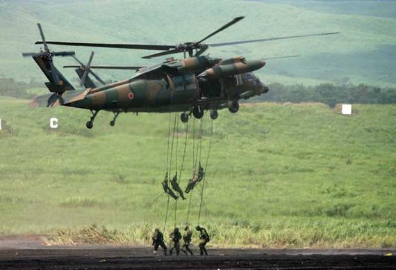 几名日本自卫队士兵在静冈县举行的综合火力演习中演练直升机空降。  新华社记者 任正来 摄